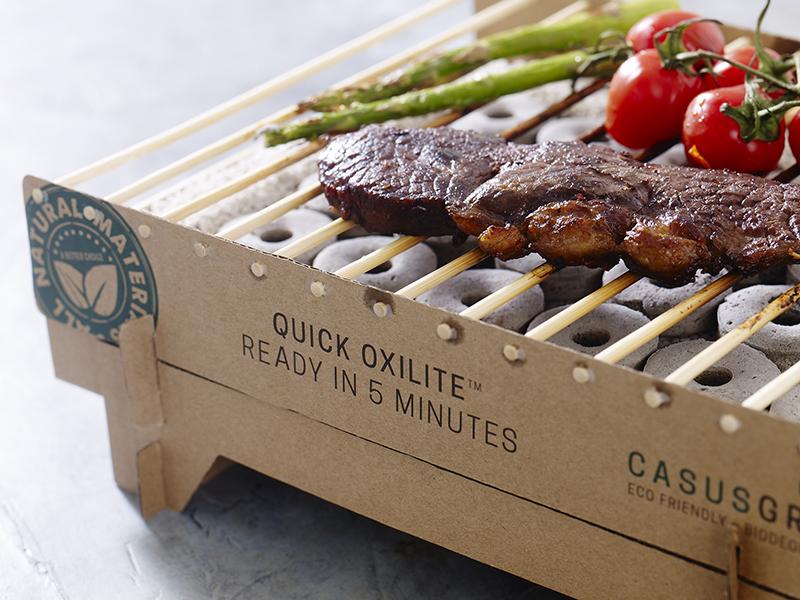 『Craft Grill』は、エコ先進国のデンマーク生まれ。片付けいらずの使い捨てバーベキューコンロ|ベランダや卓上で焼ける、全て天然素材でできたコンパクトなインスタントグリル。CASUS社のCraft Grill(クラフトグリル)