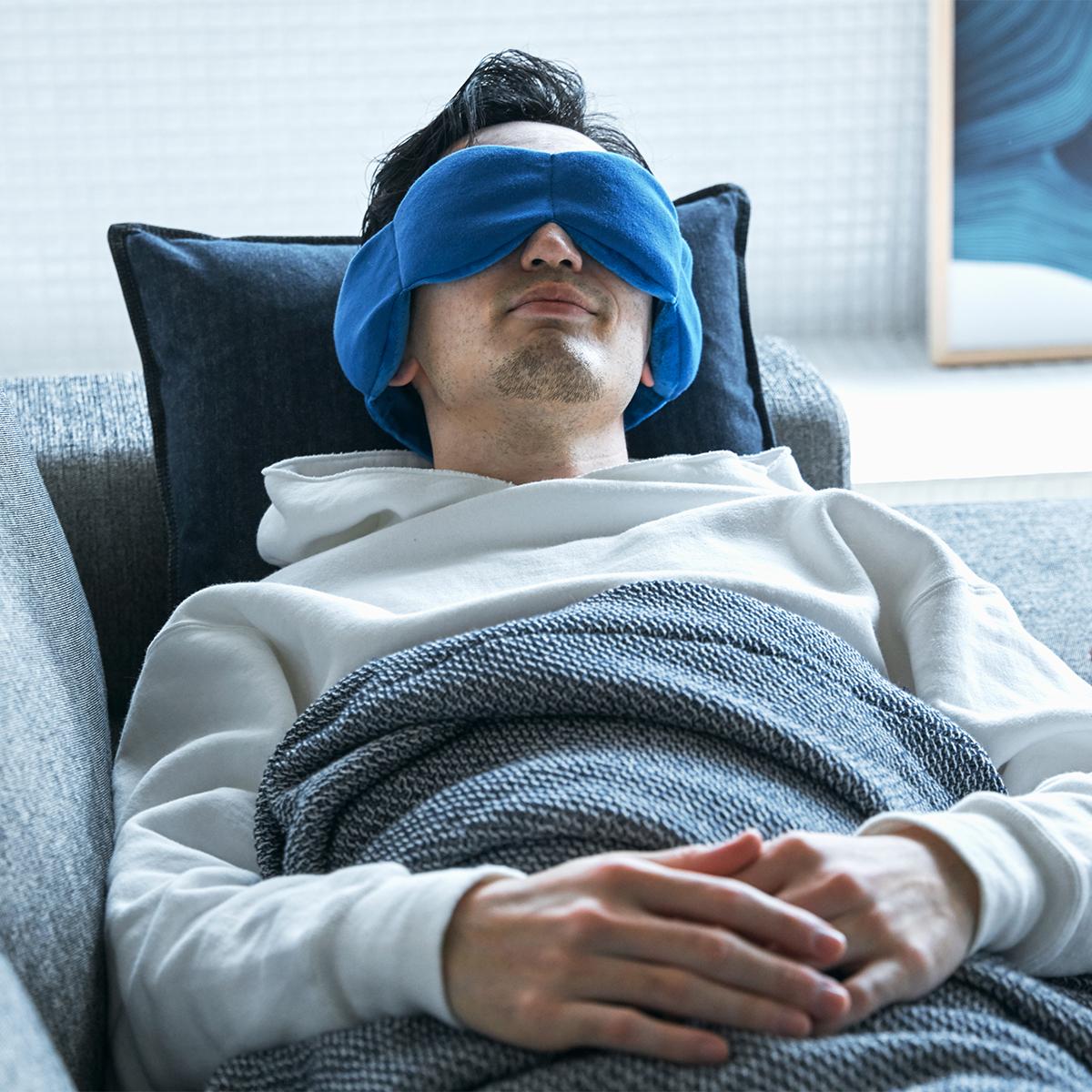 スマホやパソコンに長時間向き合い、どんより疲れた目元の力を自然と緩めてくれる新感覚のスリープマスク。目の上に乗せるだけ、穏やかな重みで夢の世界へ。寝返りを打ってもズレにくい「スリープマスク」|nodpod(ノッドポッド)
