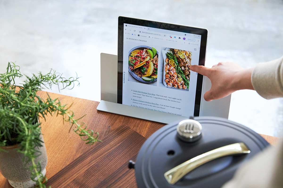キッチンに取りつけて、料理本やタブレットのレシピを。デスクの書類を瞬時に片づけ、途中のタスクをすぐ再開できる「貼るデスクラック」|ZENLET The Rack(ゼンレット ザ ラック)