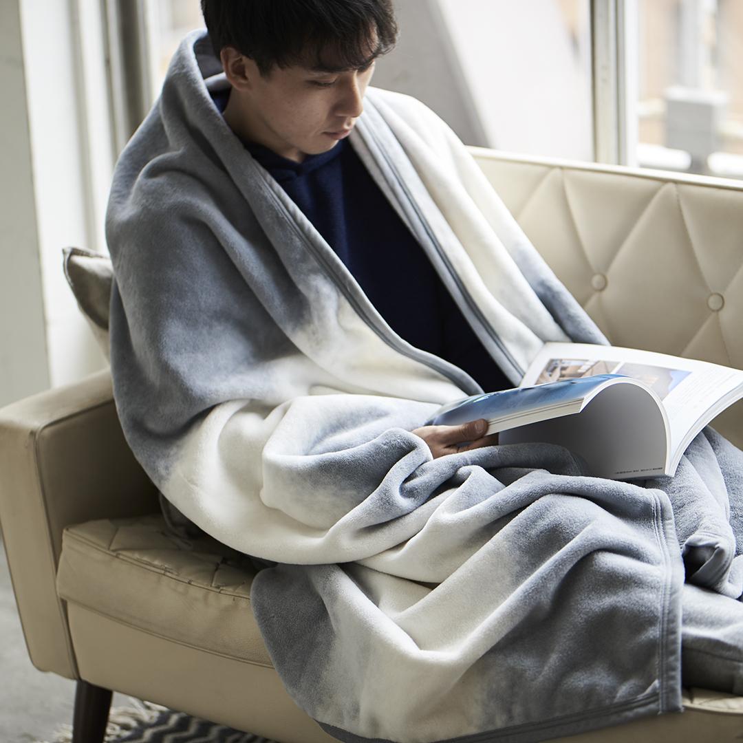 デザインも、存在感も、ほかにない。寝室の空間をセンスよくお洒落でスタイリッシュにしてくれる。肌触りと寝心地の良さで夏も冬も気持ちいい!ニューマイヤー織の綿毛布|FLOOD OF LIGHT(フルード オブ ライト、光の洪水)|LOOM&SPOOL