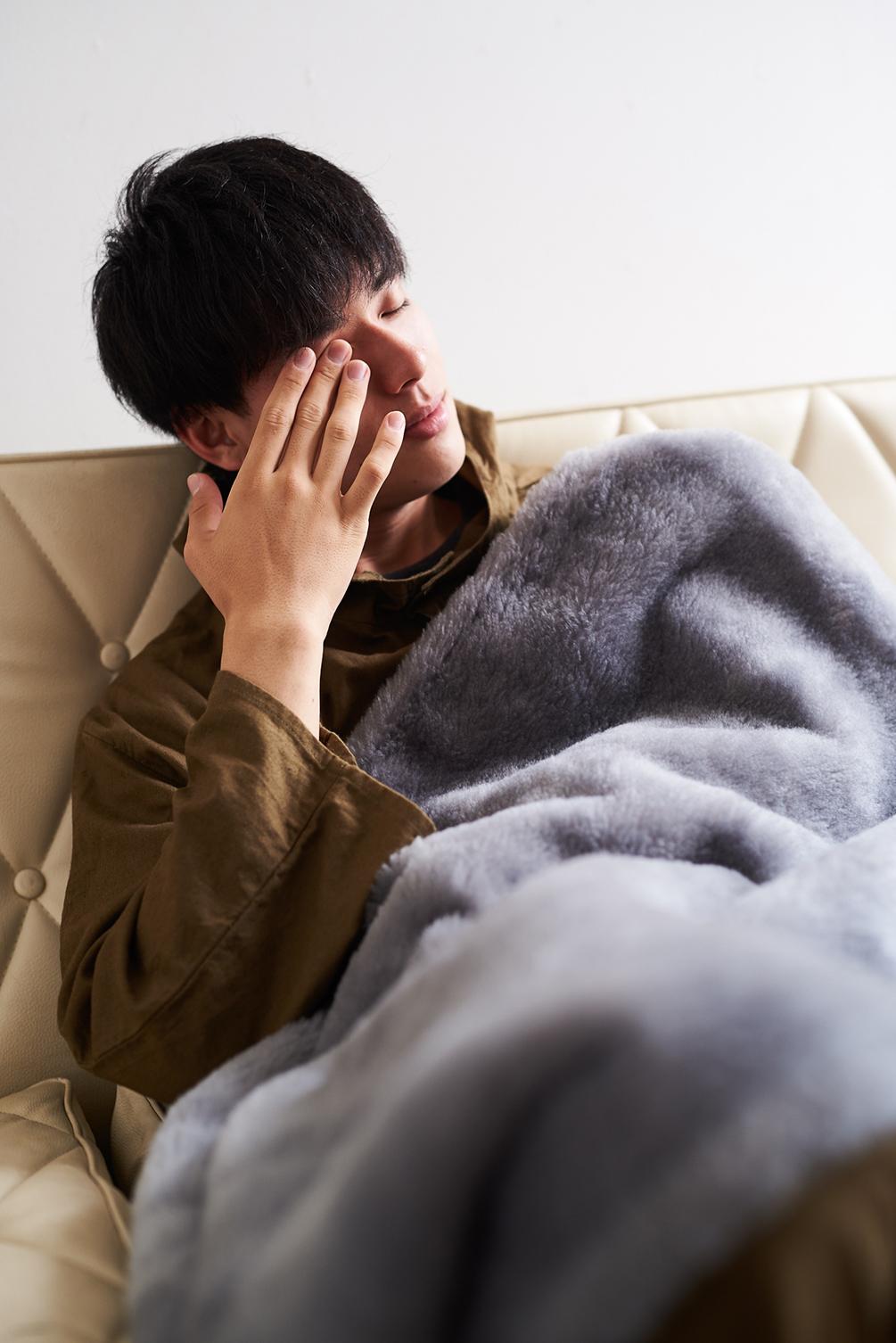 グレーは、目にとって一番自然な色。癒しグレーが叶える、あったか快眠空間。ふんわり毛足2cmのメリノウールが気持ちいい!軽い掛け心地の「毛布」|SERENE