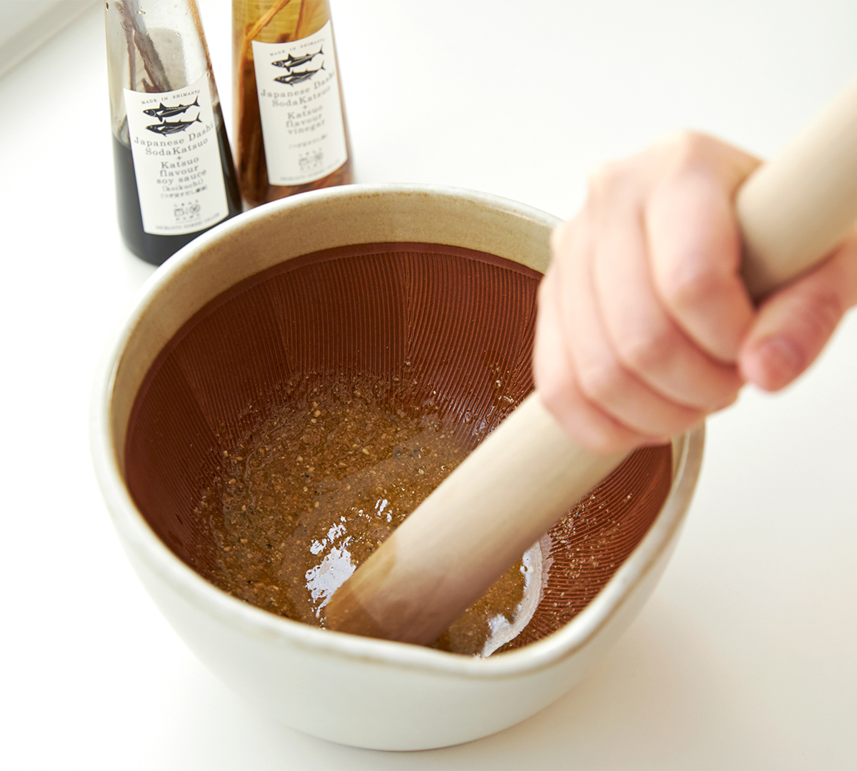手軽で栄養たっぷりの手作りドレッシングも簡単。鉢の中で玉子サンドやポテトサラダが完成!そのまま器になる石見焼のすり鉢とすりこぎ棒|もとしげ