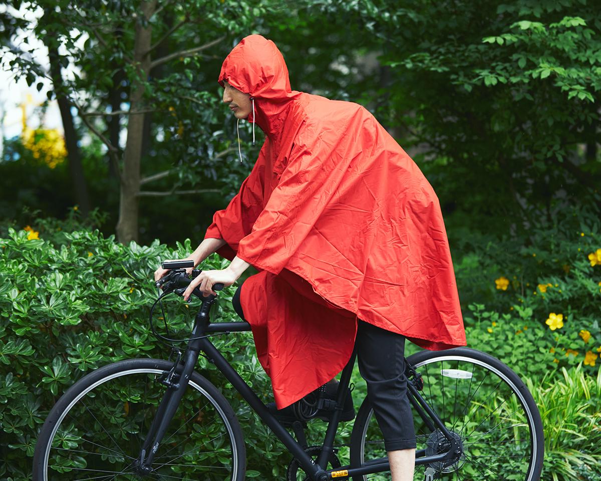 たっぷりサイズなので、服も、バッグも、丸ごとすっぽり。雨の日も両手フリー、濡れない、蒸れにくい「ポンチョ」|U-DAY PONCHO(ユーデイ ポンチョ)