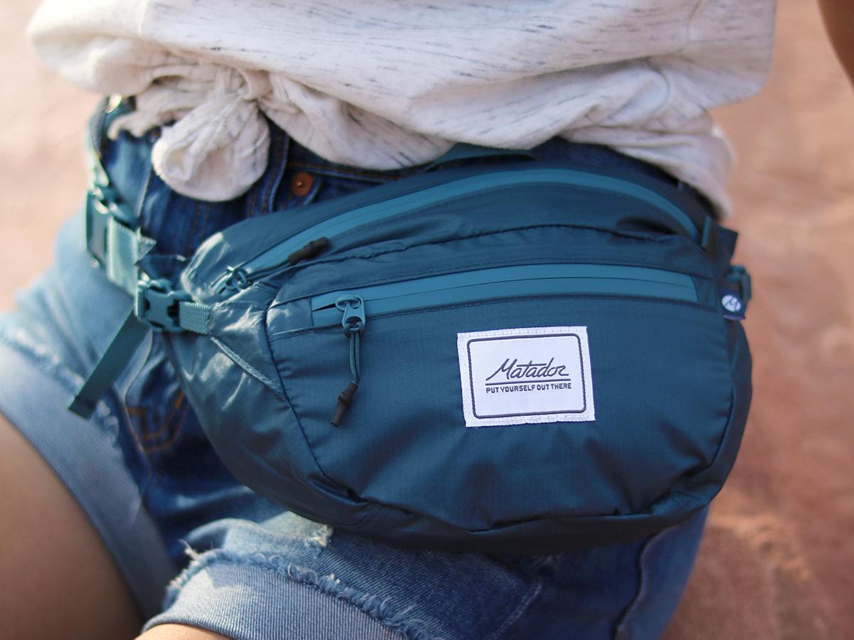 荷物を身に着けていることを忘れてしまうほど軽やか。手のひらサイズにたためる防水仕様のウエストバッグ/ヒップバッグ| Matador