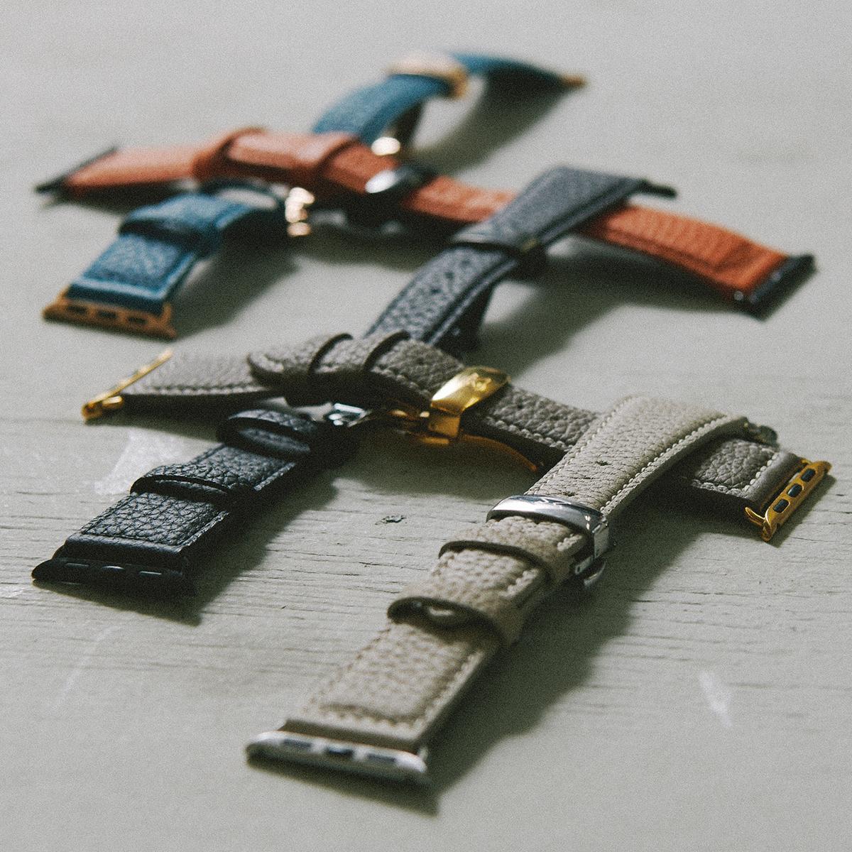 徹底的な品質管理のもと、60以上の手間のかかる工程を経て丁寧に製造されている。アクティブな腕元を洗練する、ワンタッチ着脱の「Apple Watchバンド」|EPONAS(エポナス)