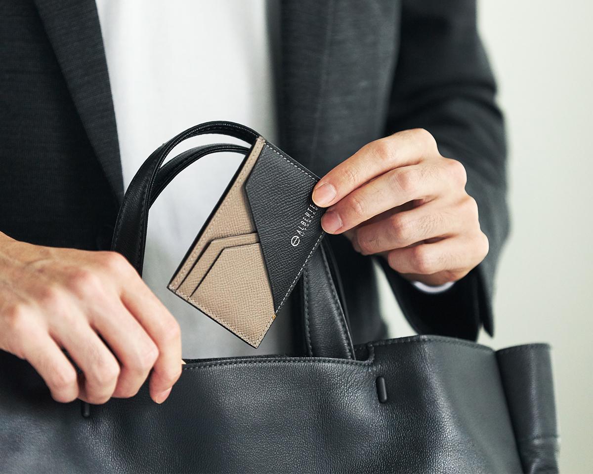 表革との一体感が美しいだけでなく、使い続けてもひび割れしにくいのが特長です。無理なくミニマムを極めた、「薄い財布」の傑作(長財布、二つ折り財布、パスケース、カードホルダー)|ALBERTE