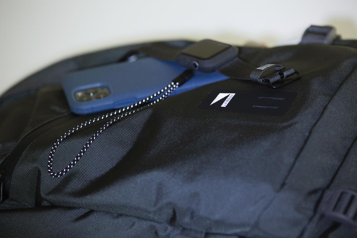 ストラップ紐には反射ステッチが入っており、暗い室内やバッグの中など、光をかざすと反射して見つけやすくなるという特徴も。ストラップホール&ストラップ付きのスマホケース・カバー|LANDER MOAB CASE(ランダー)