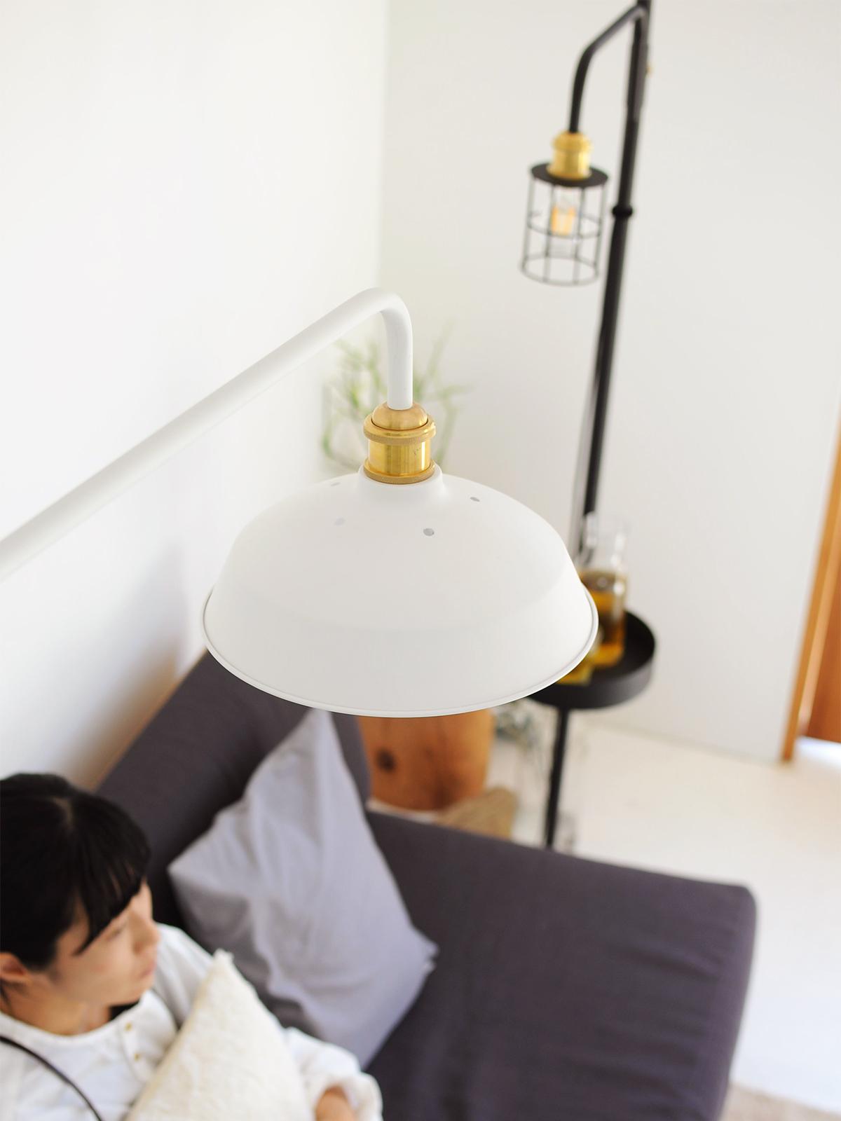 洗練された『プチ書斎』4|照明とテーブルがセットできる「つっぱり棒」|DRAW A LINE ランプシリーズ