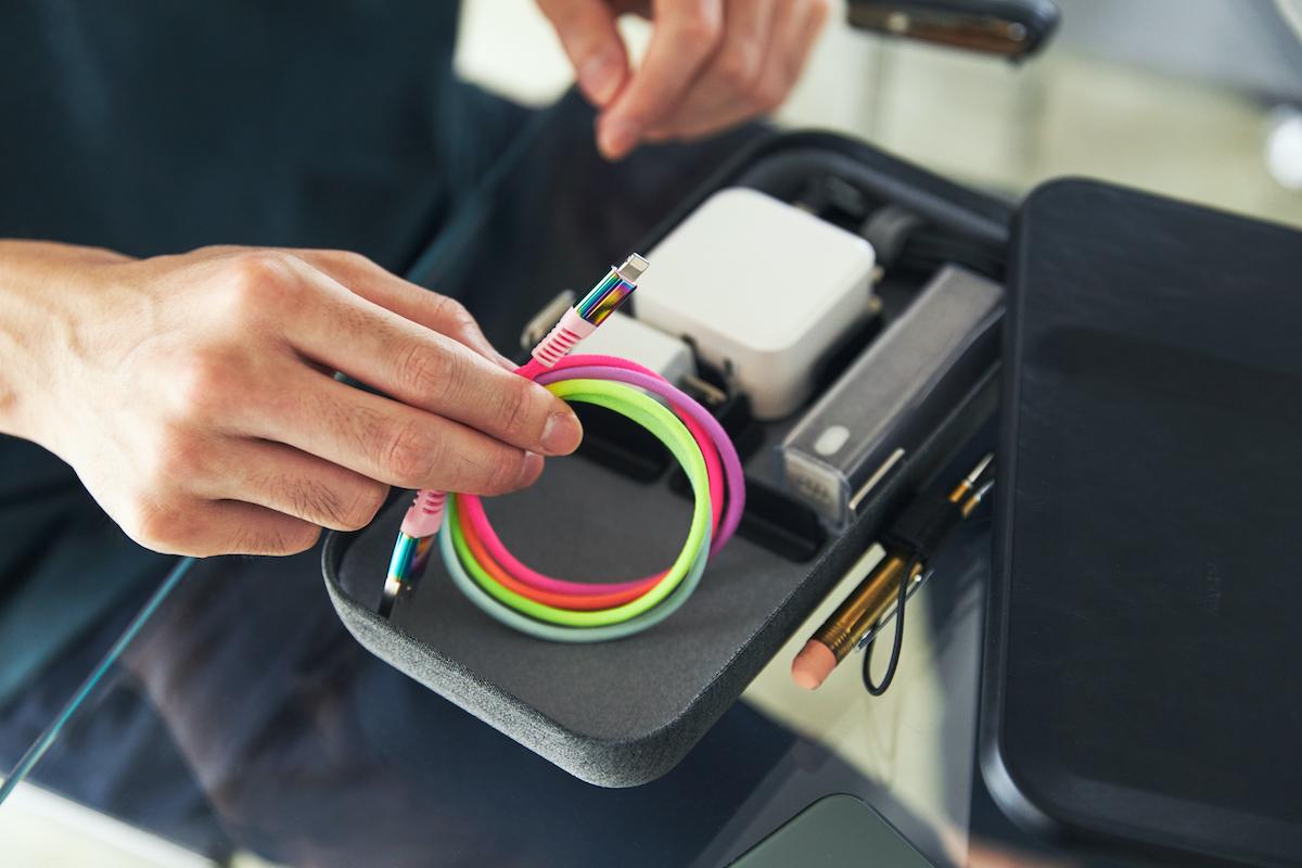 ファッション感覚で楽しく持ち歩けるレインボーケーブル。断線しにくく丈夫、ひと目でわかる存在感の「Lightning USBケーブル」| addip