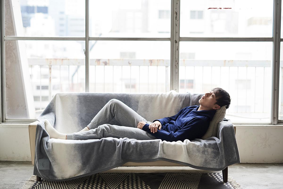 日本ならではの現代のインテリアに合う寝具。寝室の空間をセンスよくお洒落でスタイリッシュにしてくれる。肌触りと寝心地の良さで夏も冬も気持ちいい!ニューマイヤー織の綿毛布|FLOOD OF LIGHT(フルード オブ ライト、光の洪水)|LOOM&SPOOL