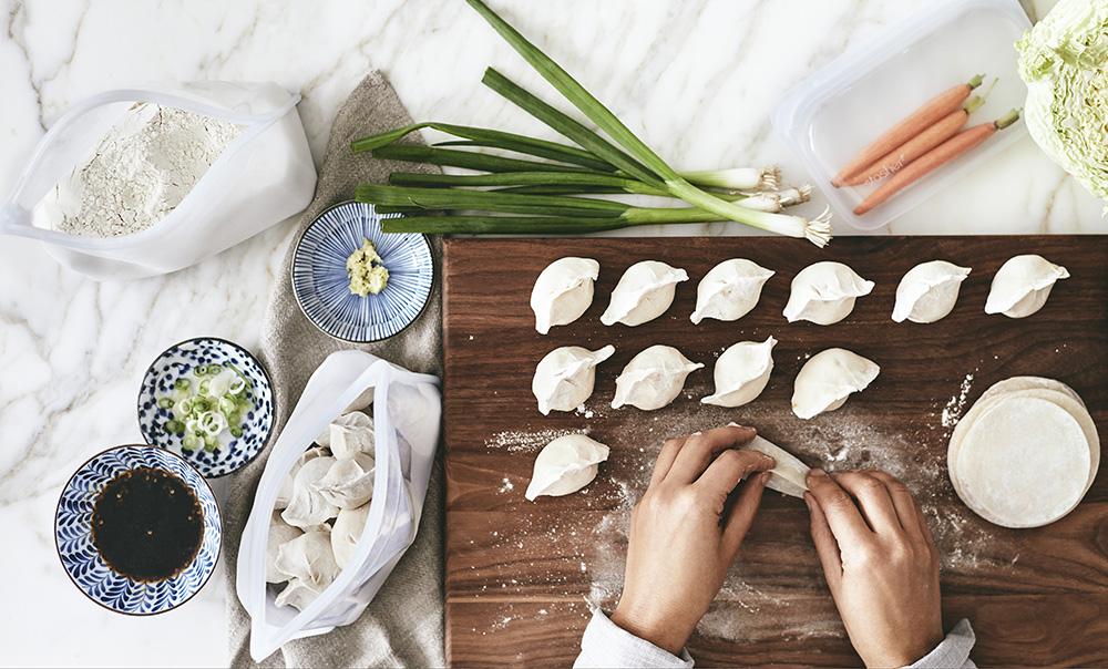 汁物や粉物などのこぼれ落ちてほしくない食材にも適しており、調理中の出し入れも楽々です。密閉保存から調理まで、これひとつで完結!たっぷり容量で自立もするマルチバッグ|stasher(スタッシャー)