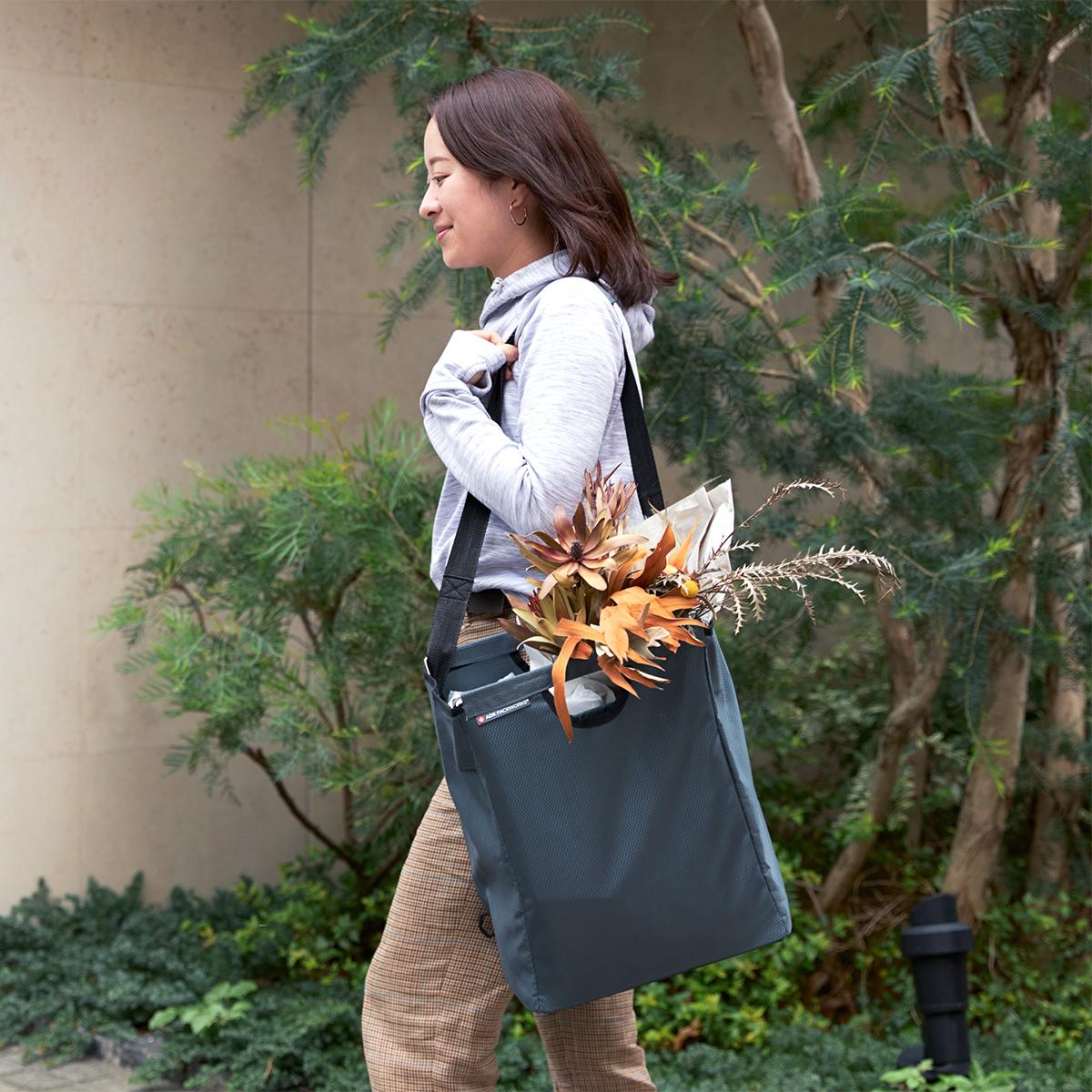買い物をこんなにラクにしてくれる。たためる金属フレーム入り!自立するから、柔らかいパンや葉物野菜、花を潰さない「箱型エコバッグ」|ADK Packworks