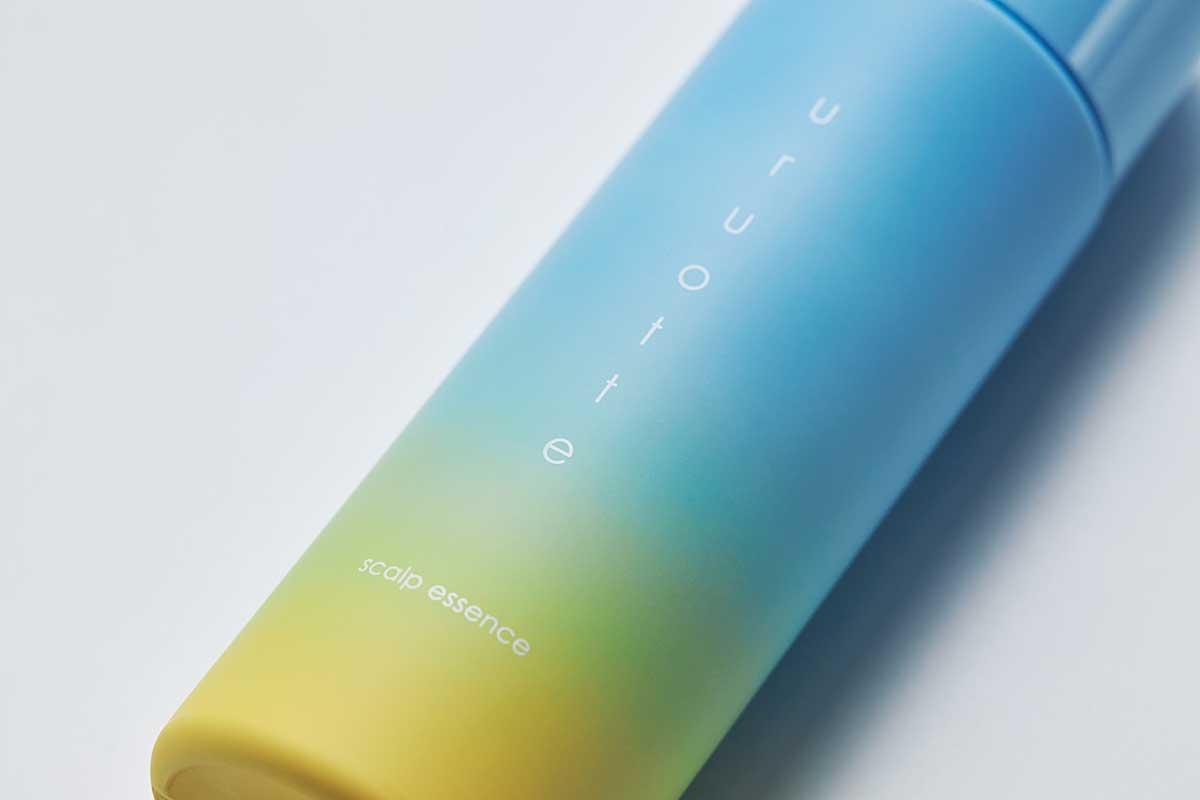 パッケージデザインは、エルメスのPetit h(プティアッシュ)のプロダクトデザインも手掛ける、建築家・アーティストの、板坂 諭さんによるもの 『uruotte(ウルオッテ)』のナチュラルシャンプー「ミント&シトラス」とハーバルエッセンス「爽」(薬用育毛料・医薬部外品)