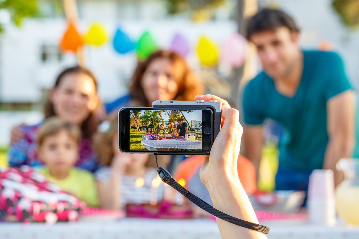 iPhone に装着するだけで、内蔵されているカメラ機能を最大限に引き出すカメラグリップ(iPhone全機種対応) | PICTAR