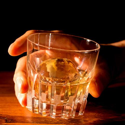 家でも作れるまあるい氷で、BARラウンジ気分が味わえる。Polar Ice|これからは家飲みがいい!思わずお酒が進むグッズ6選。家飲みならではのゆったり時間を過ごしませんか?