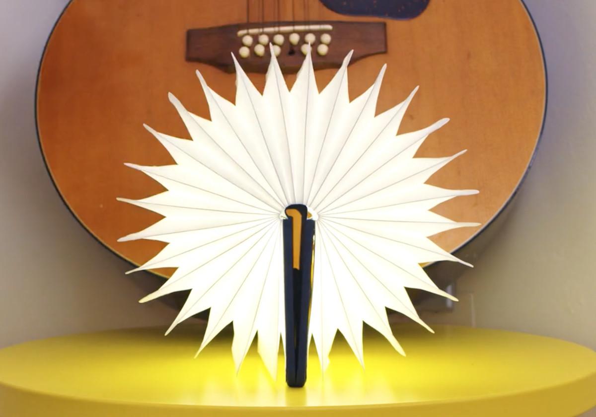 マグネットで固定すれば、おしゃれなブックライト lumiosf ルミオ