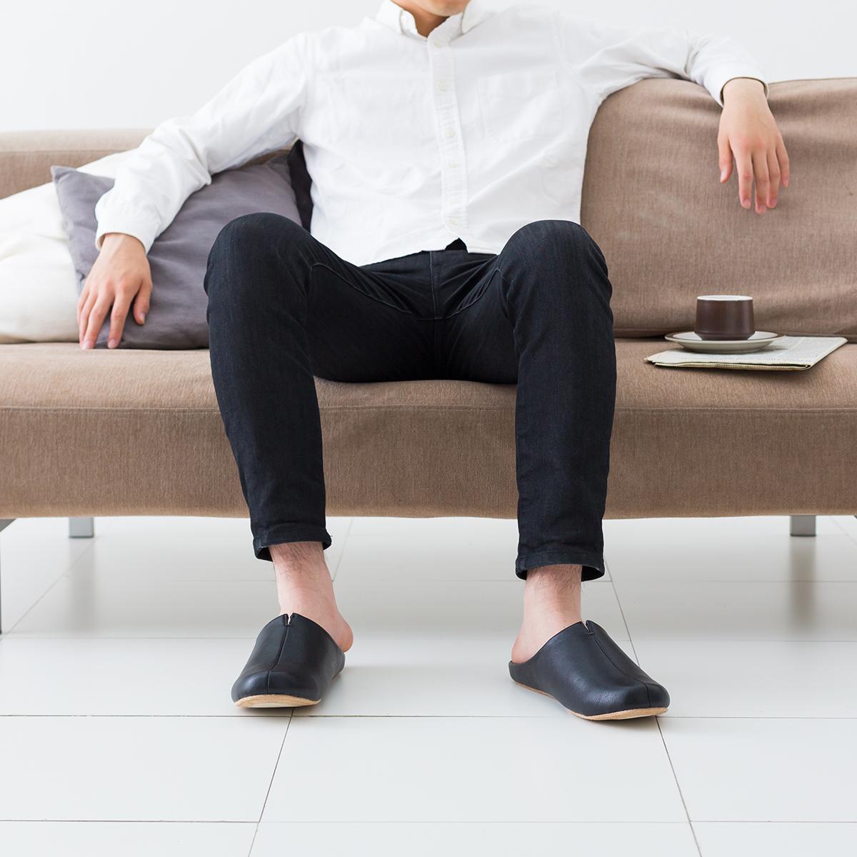 「歩きやすさ」にこだわって、靴と同じ製法でつくったオシャレな「スリッパ」|room's