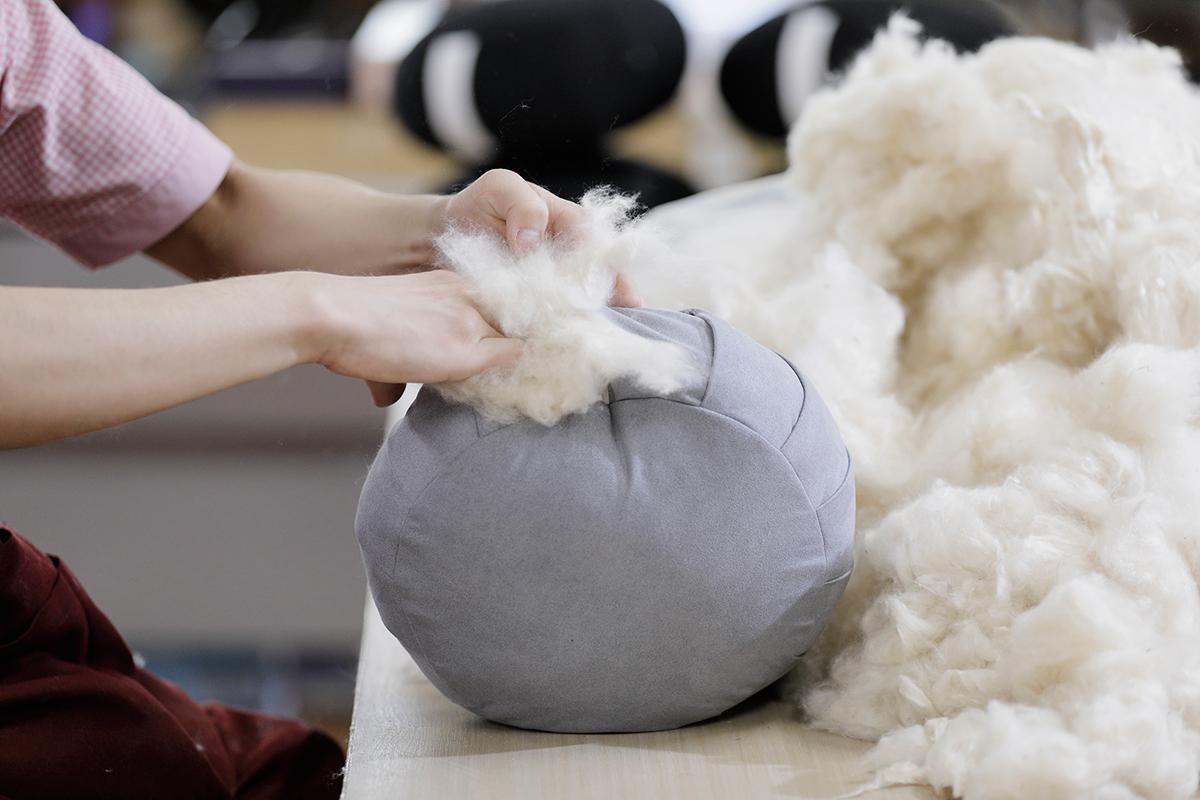 天然素材のパンヤをひとつひとつ手詰めすることで、坐禅に適した絶妙な硬さが生まれます。坐禅蒲団(坐蒲)・瞑想用クッション| ZAF(ザフ)