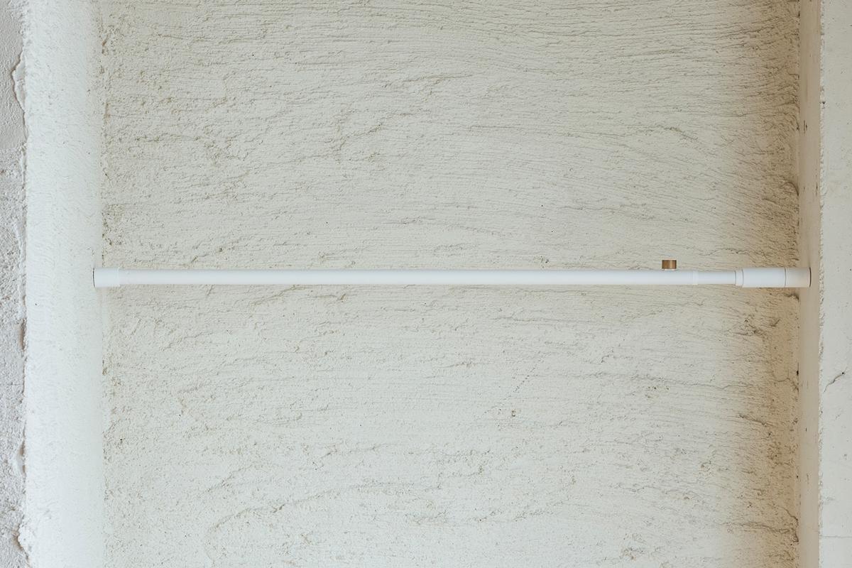 ポール中|1本の線(ライン)に、鍵もバッグも指定席ができる「つっぱり棒」|DRAW A LINE