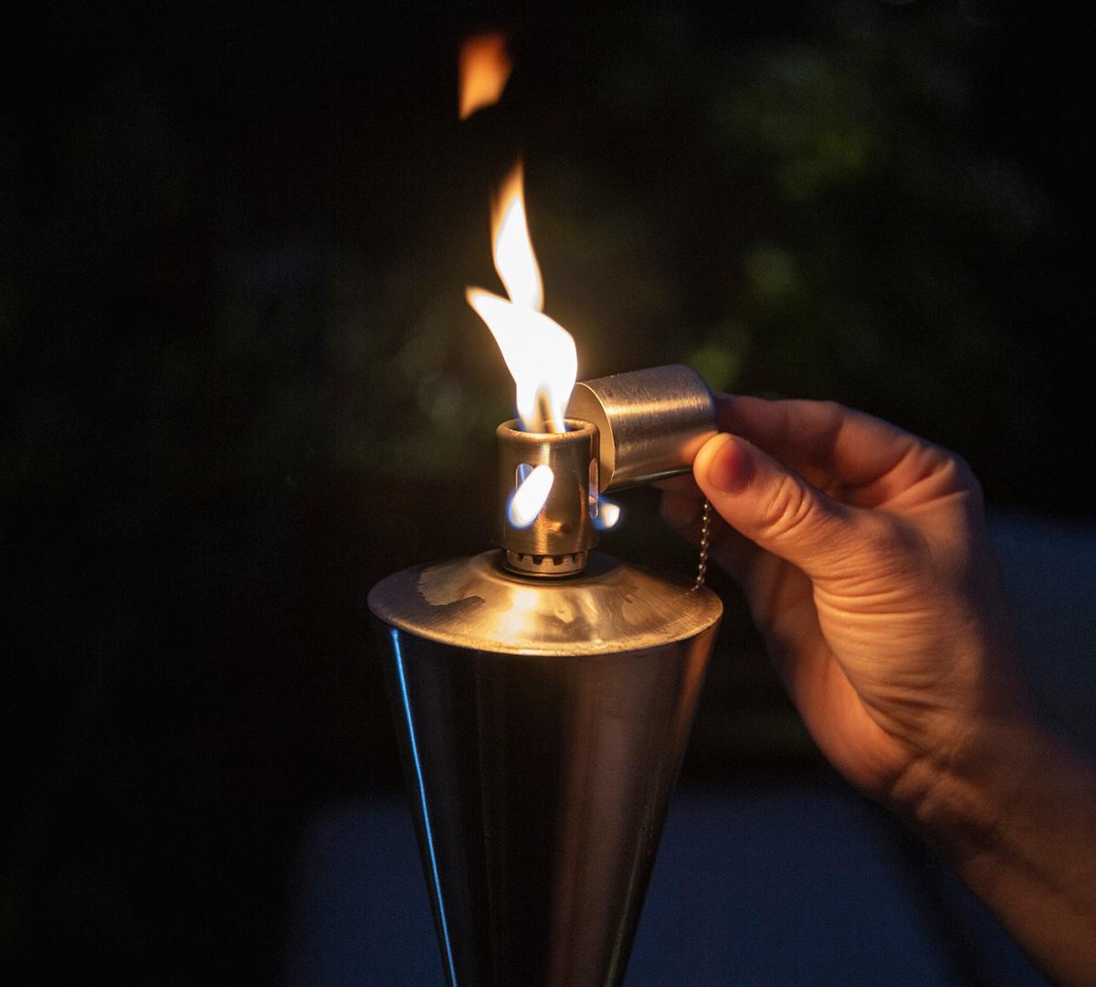 使い方は至ってシンプル。炎を消す時は、付属のキャップを被せるだけ「オイルトーチ」| エープラス