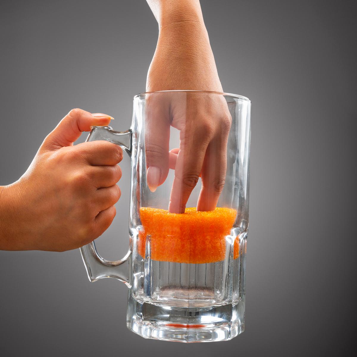 グラスや鍋底に|水切れ・汚れ落ちバツグン!水栓レバーにも掛けられて、収納ホルダー要らずの「洗浄スポンジ」|Scrub Daddy