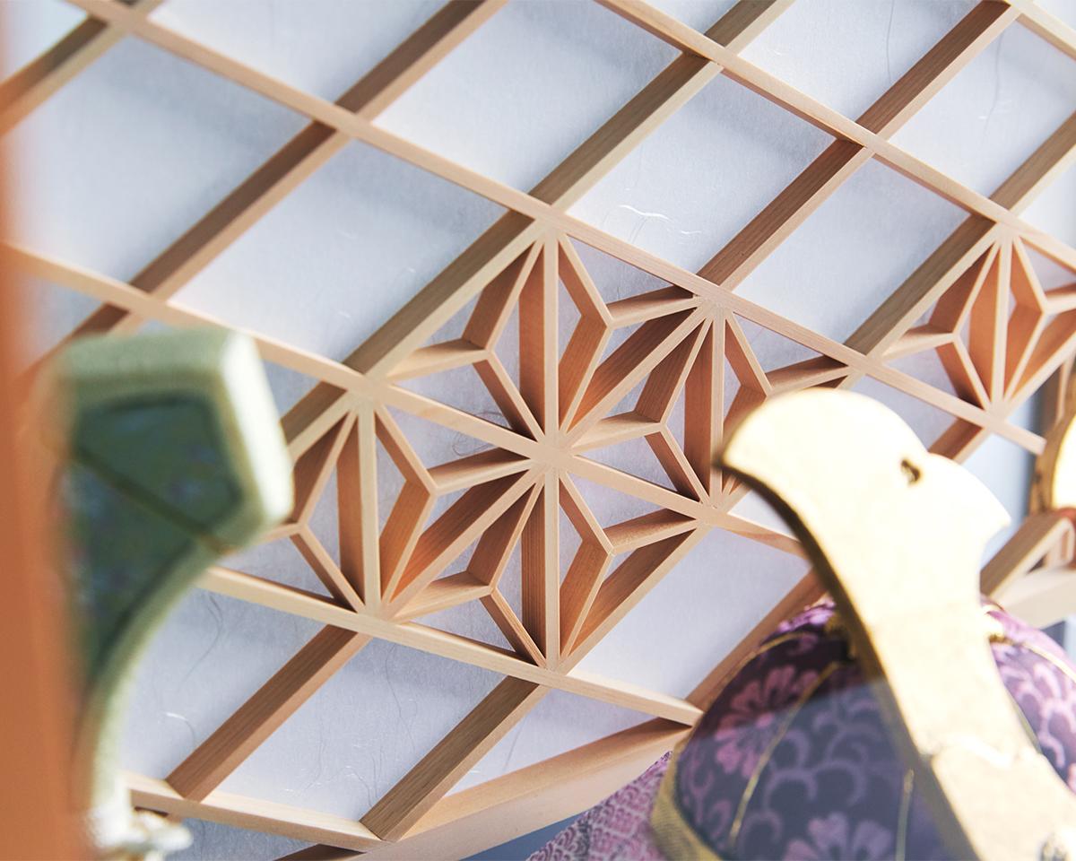 職人技の連続の釘を一切使わず、ヒノキの木片を組み立てる「組子細工」|次世代に伝えていきたい最高峰の日本伝統技術を結集させ、コンパクト・モダンに。リビングや玄関に飾れる「プレミアム兜飾り・五月人形」