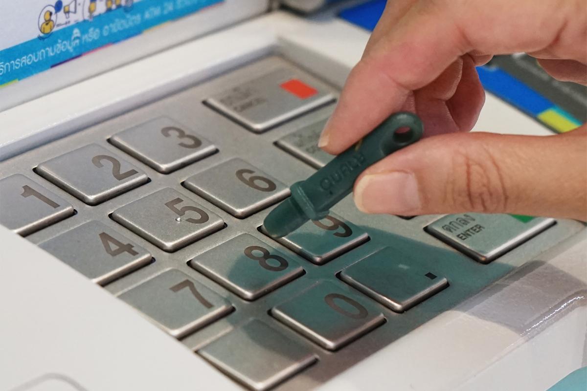 ATMやカード決済時の暗唱番号入力に|ウィルスの接触感染を避ける、小さくてスリムな非接触ツール。衛生的に持ち歩ける「プッシュスティック」|QUALY