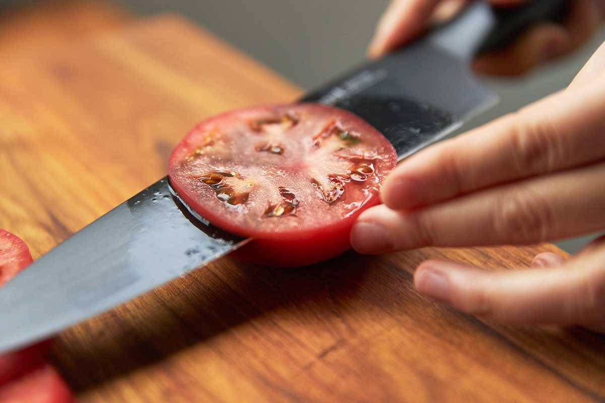 誰もがホームシェフになれるキッチングッズ。極薄刃でストレスフリーな切れ味、野菜・肉・魚に幅広く使える「包丁・ナイフ」|hast(ハスト)