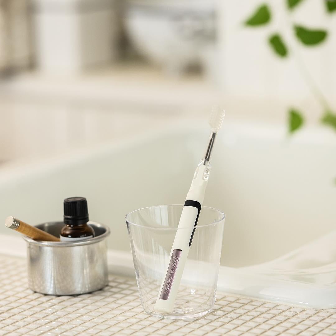 歯磨き粉なしで、ここまでスッキリ感が続くなんて、こんな歯ブラシは初めて!光触媒の効果で、歯磨き粉なしでも歯垢がとれる「電動歯ブラシ」|SOLADEY
