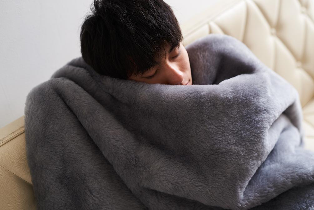 掛け心地バツグン!肌触りもとびっきり。癒しグレーが叶える、あったか快眠空間。ふんわり毛足2cmのメリノウールが気持ちいい!軽い掛け心地の「毛布」|SERENE