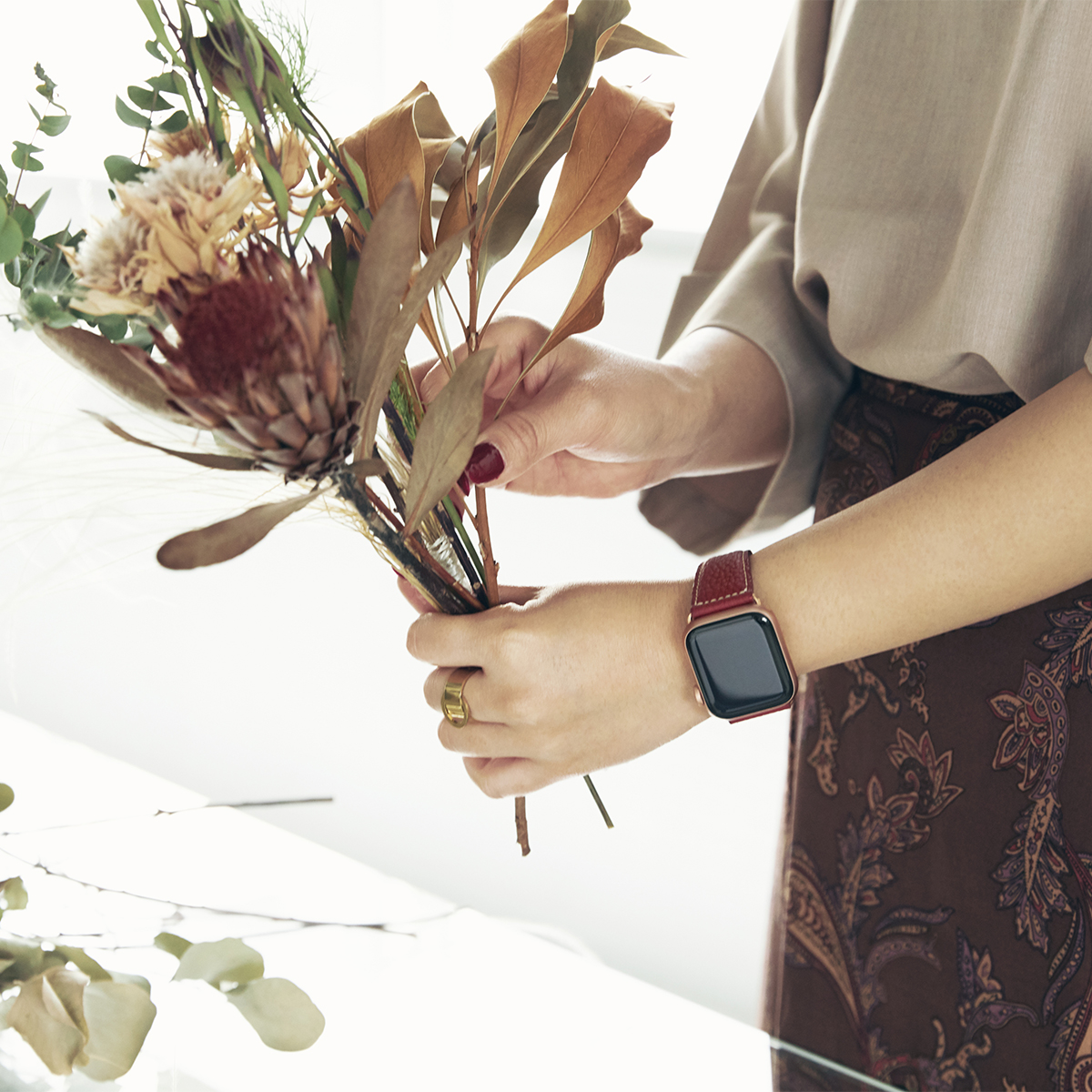 暮らしの中で、真の豊かさを実感できるようなものづくりを追求し、2019年秋にEPONASは誕生。アクティブな腕元を洗練する、ワンタッチ着脱の「Apple Watchバンド」|EPONAS(エポナス)