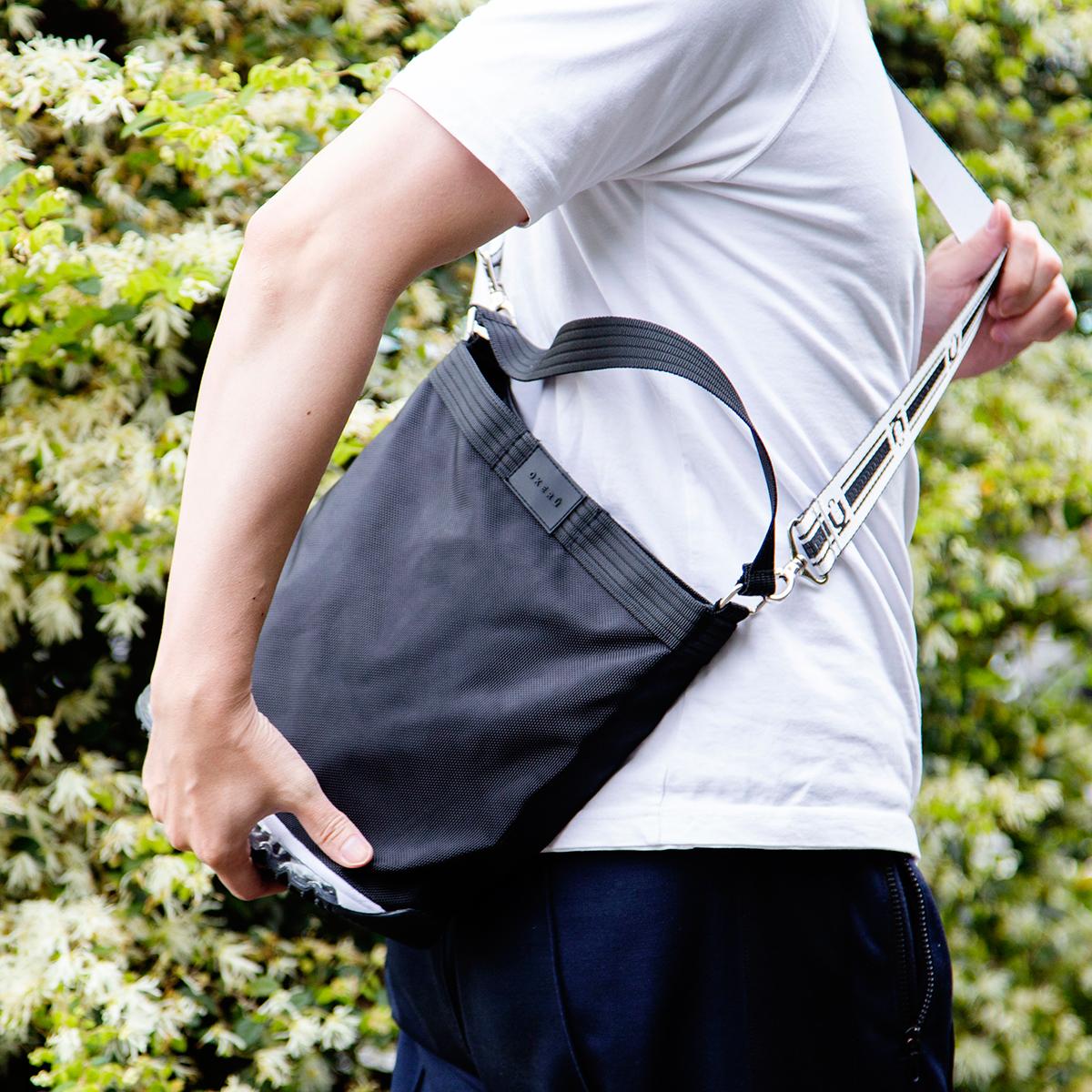 外に出かけた時に直面する、バッグの置き場問題から解放される。あの傑作スニーカーのエアソールを履いた「遊びトート」| OKERU MONOCO限定