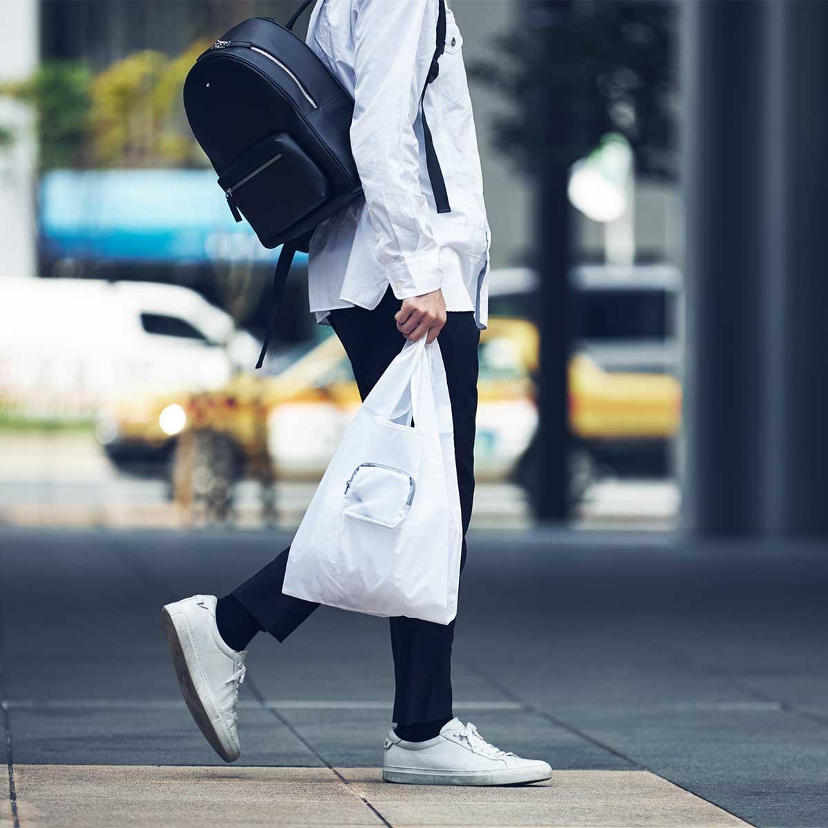 薄く折りたためるから、ポケットの隙間にサッと忍ばせられます。ファッションに合わせて選べる豊富なカラー展開。スマートに持ち歩ける折りたたみエコバッグ|KATOKOA