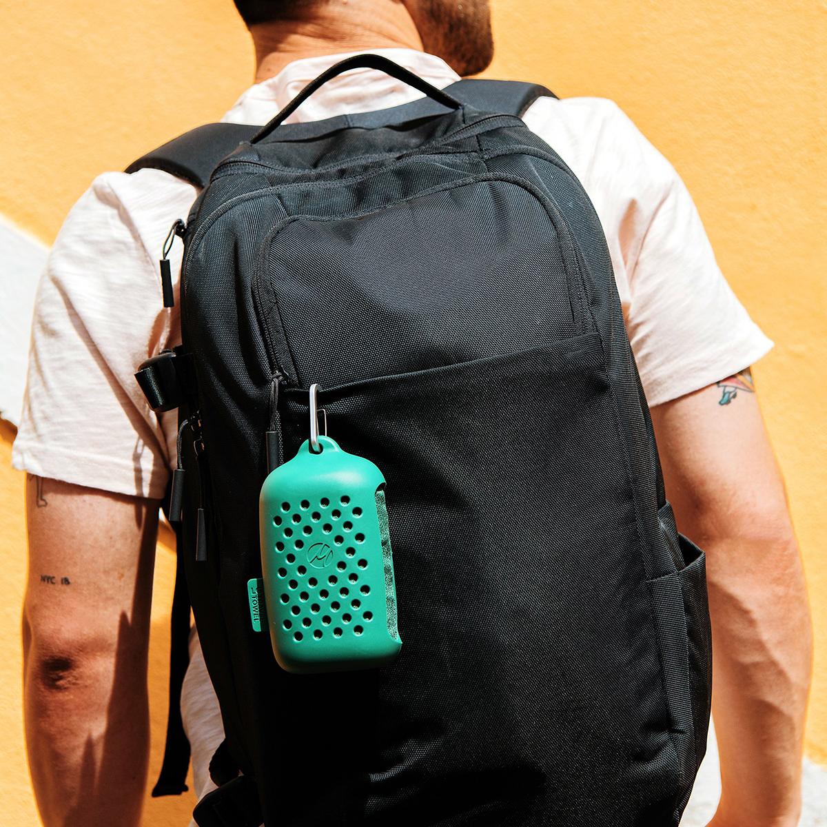 ケース付属のカラビナで吊り下げられるので、濡れたタオルをバッグの中に入れずに持ち運べる「ナノドライタオル」 | Matador NanoDry Shower Towel