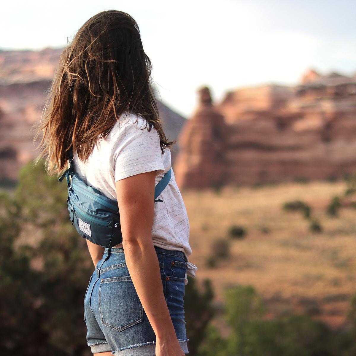 身に着けていることを忘れてしまうほど快適な、旅先や日常生活でアクティブに動き回れる!手のひらサイズにたためる防水仕様のウエストバッグ/ヒップバッグ| Matador