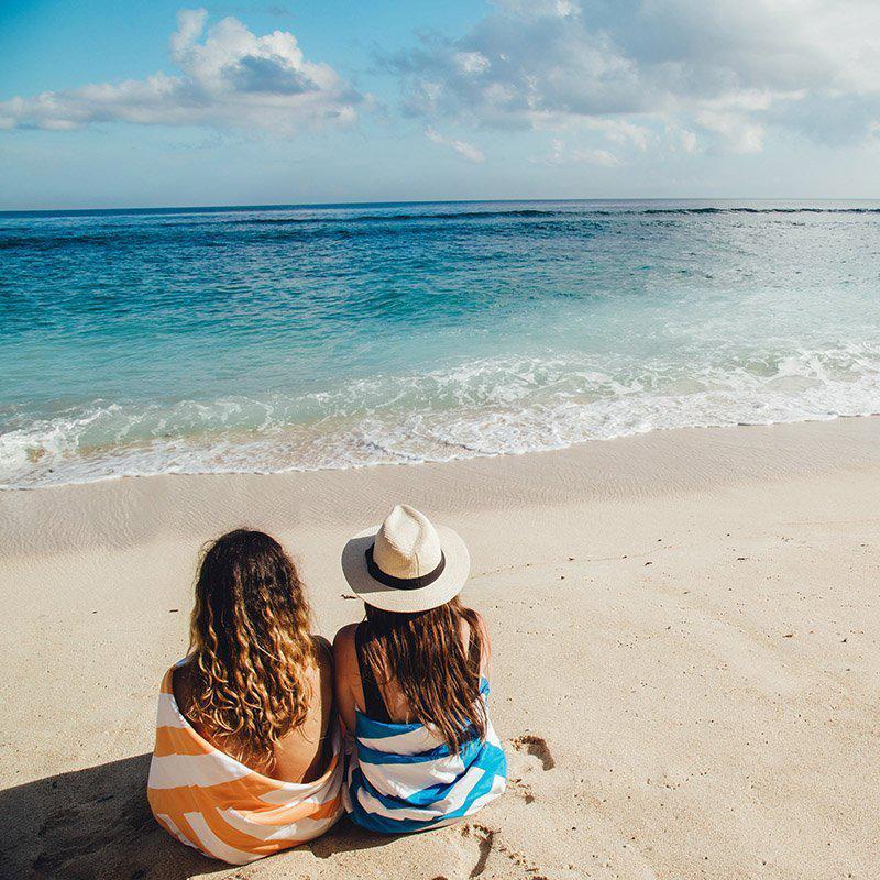 無類の旅好きが開発した、使い勝手の良いタオル。水をサッと吸収、砂がつかないマイクロファイバー製のカラフルタオル(ビーチタオル)|DOCK & BAY