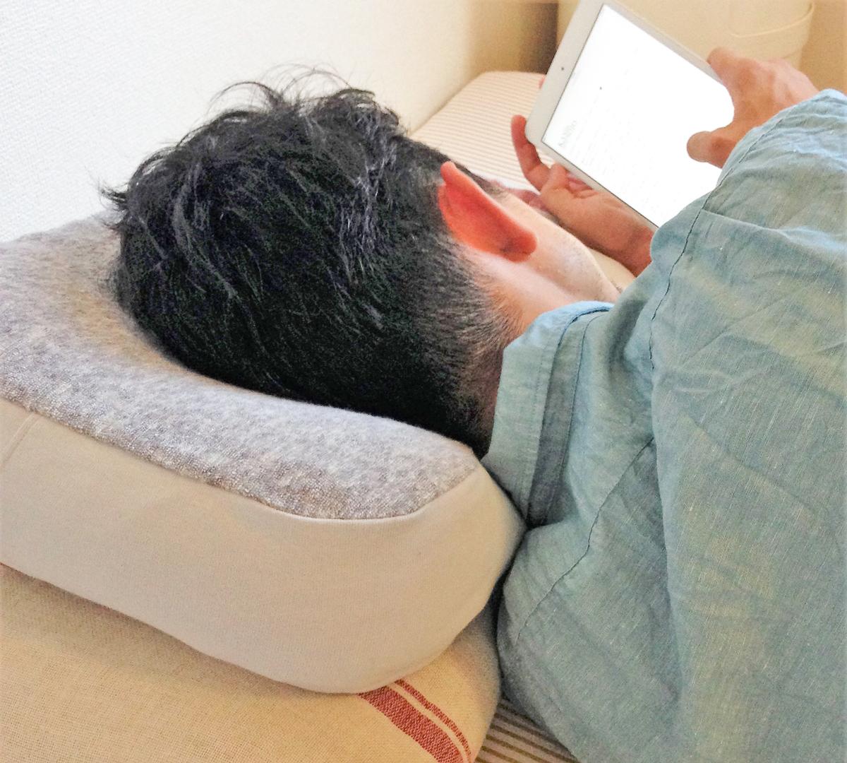 首や肩がグッとラクになる。横向き寝の姿勢をサポート、スマホや本がラクに読めるまくら・ピロー|HONTO