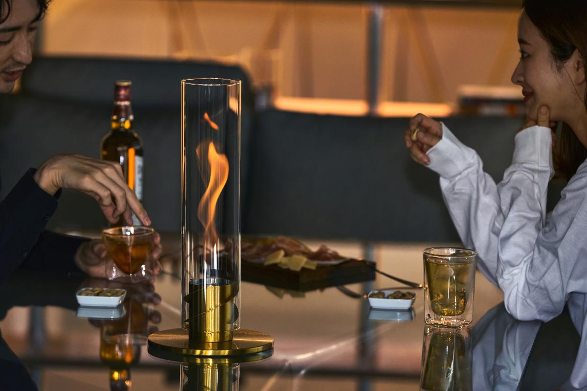 華やかな印象で、ガラスや木のテーブルとも相性抜群|風を取り込んで炎が5倍になる卓上焚き火、ニオイ・煙・燃えカスが出にくい専用バイオエタノール燃料つきランタン|Höfats(フォーファッツ)