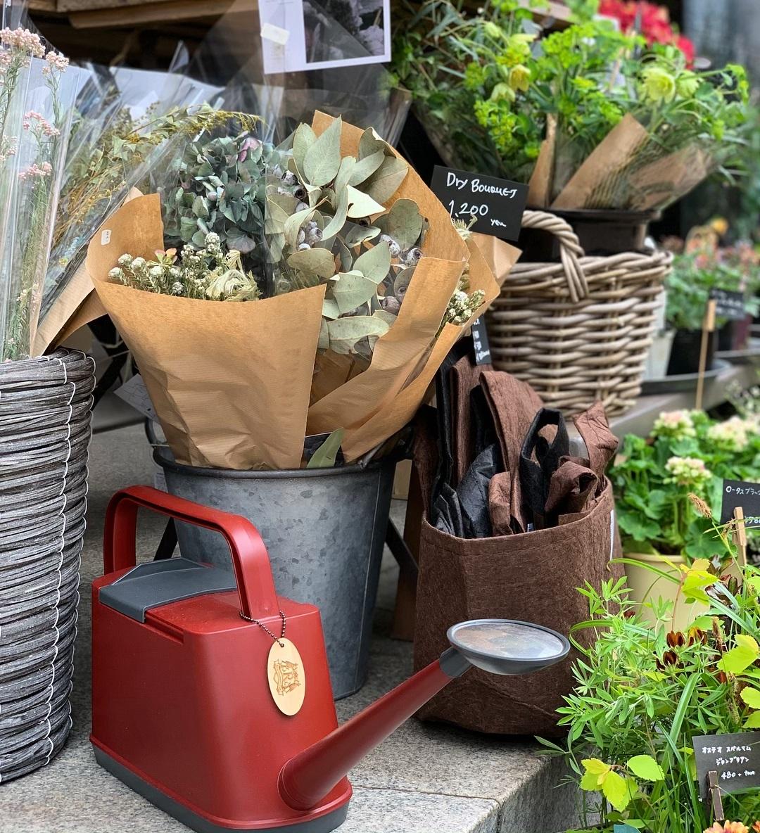 国内外の園芸業者など庭のプロも愛用する高品質の日本製。植物にやさしい、繊細な雨のような自然な水流のジョウロ|Royal Gardeners Club
