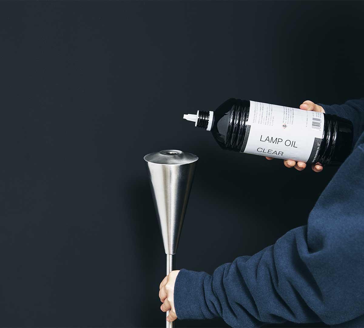 使い方は至ってシンプル。専用オイル燃料を注いで点火するだけ。使い方は至ってシンプルな「オイルトーチ」| エープラス
