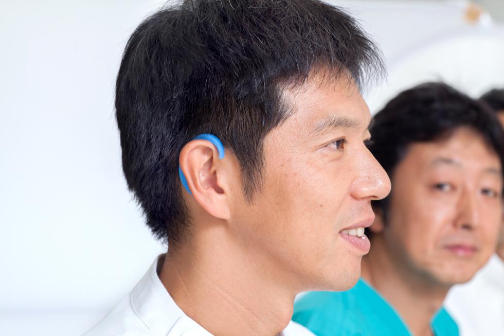 肩こりや眼精疲労を緩和する、装着するだけの健康グッズ|ネオジム磁石で耳裏のツボを刺激。EARHOOK(イヤーフック)