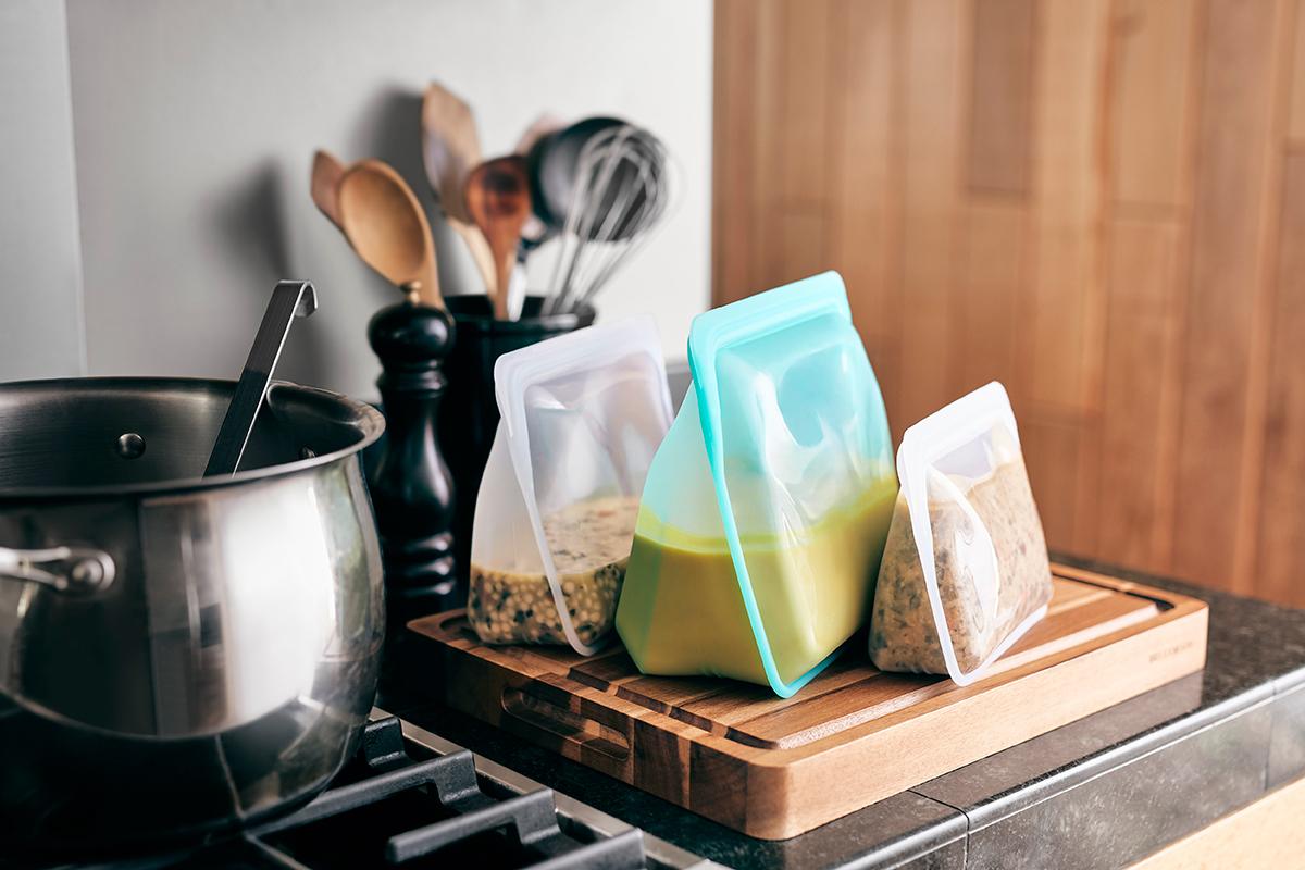 スープなどの汁物や肉・魚の漬け込みにも便利。湿気を避けたいナッツやドライフルーツの保存容器にもぴったりです。密閉保存から調理まで、これひとつで完結!たっぷり容量で自立もするマルチバッグ|stasher(スタッシャー)