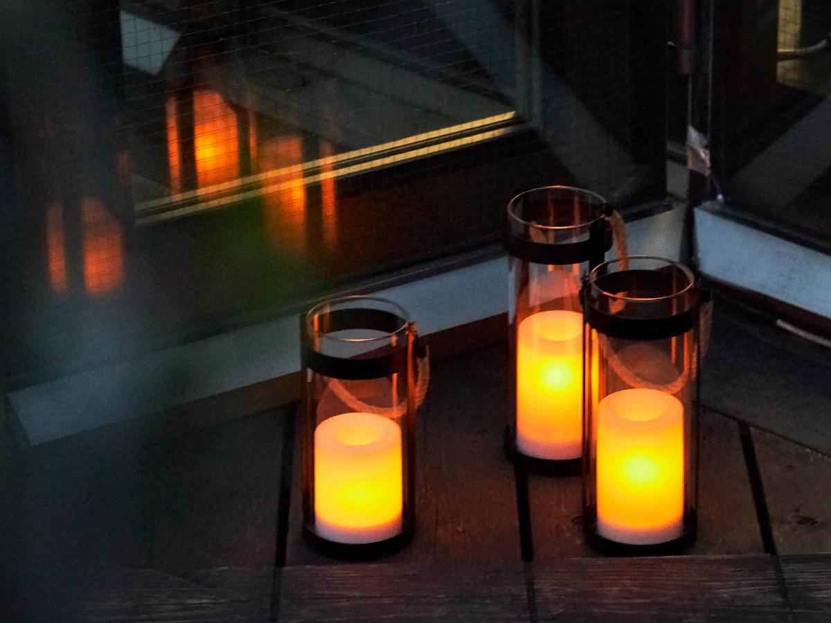 このチラチラ揺らぐ灯りが、本当にかわいい。まるで、小さな「炎の精」が、ランタンのなかで動き回っているみたい|暗くなったら自動で点灯、ソーラー充電式の「LEDガラスランタン」|Notte(ノッテ)