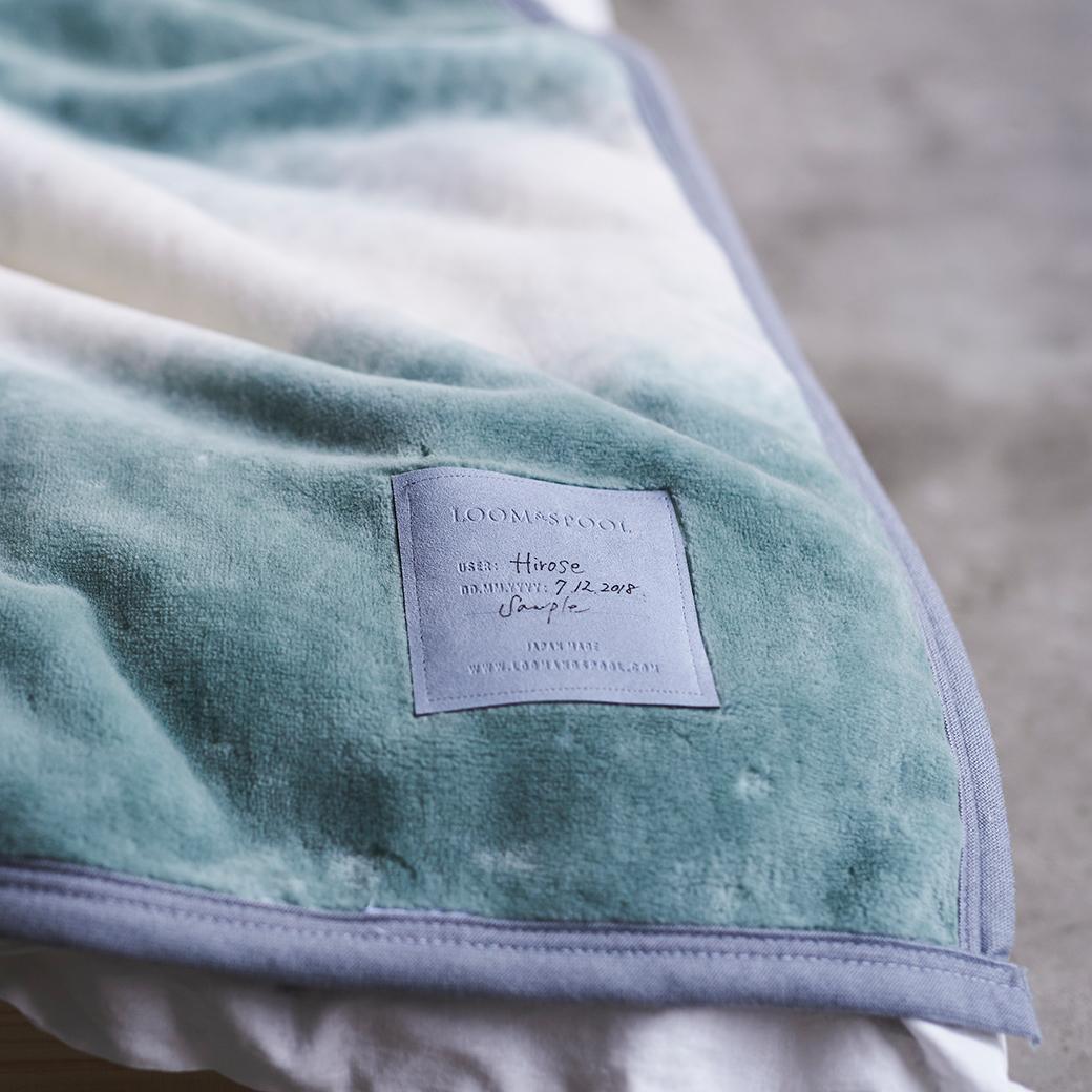現代の暮しに合う上質な寝具を目指すブランド『LOOM&SPOOL』。寝室の空間をセンスよくお洒落でスタイリッシュにしてくれる。肌触りと寝心地の良さで夏も冬も気持ちいい!ニューマイヤー織の綿毛布|FLOOD OF LIGHT(フルード オブ ライト、光の洪水)|LOOM&SPOOL