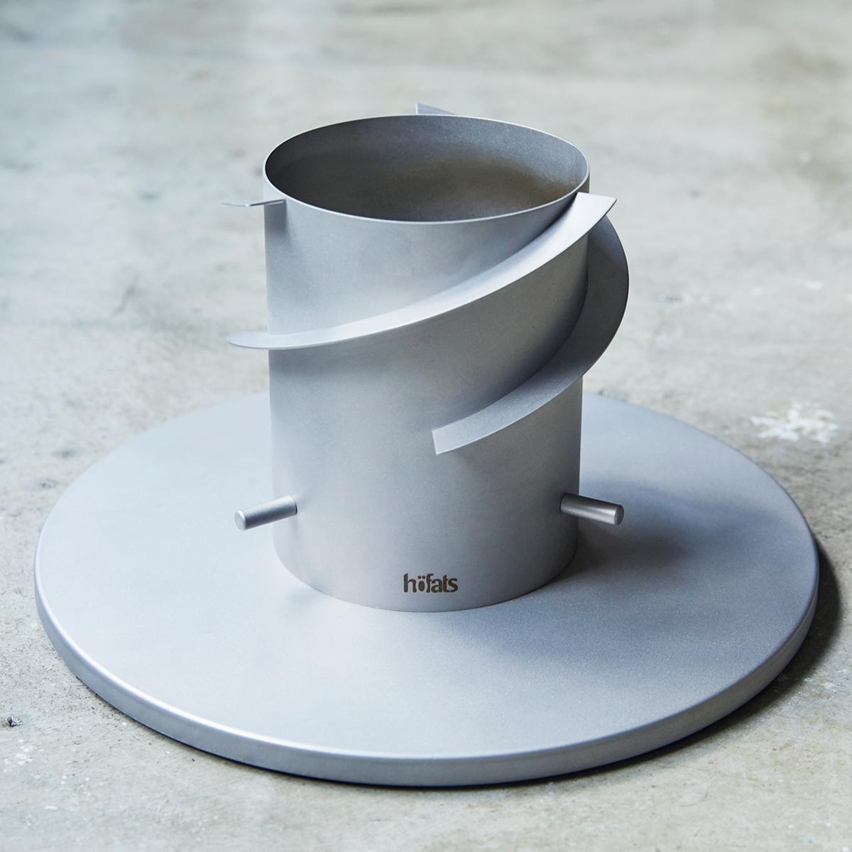 「SPIN」は炎の熱により、この空気の上昇を加速させながら、さらに気流を回転させるよう土台の空気取り入れ口にスリットを設けています。「テーブルランタン&ガーデントーチ」|Hofats SPIN(ホーファッツ スピン)