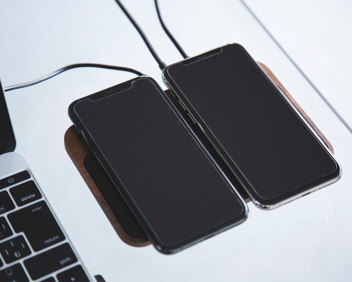 オフィスでは、デスクワーク時のiPhone、AirPodsの定位置として重宝。iPhone、AirPodsを飾るようにまとめてチャージ、2つのUSBポートを備えたおしゃれな「ワイヤレス充電ベース」| NOMAD | Base Station