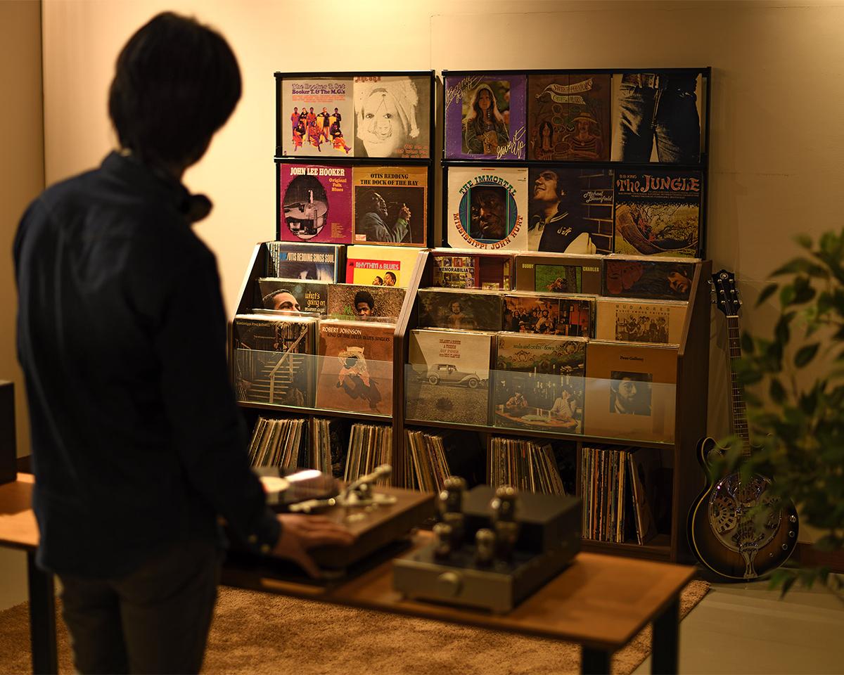 お店のような、大好きなジャケットを目線の高さで楽しめる、大容量レコードラック|レコードディスプレイラック