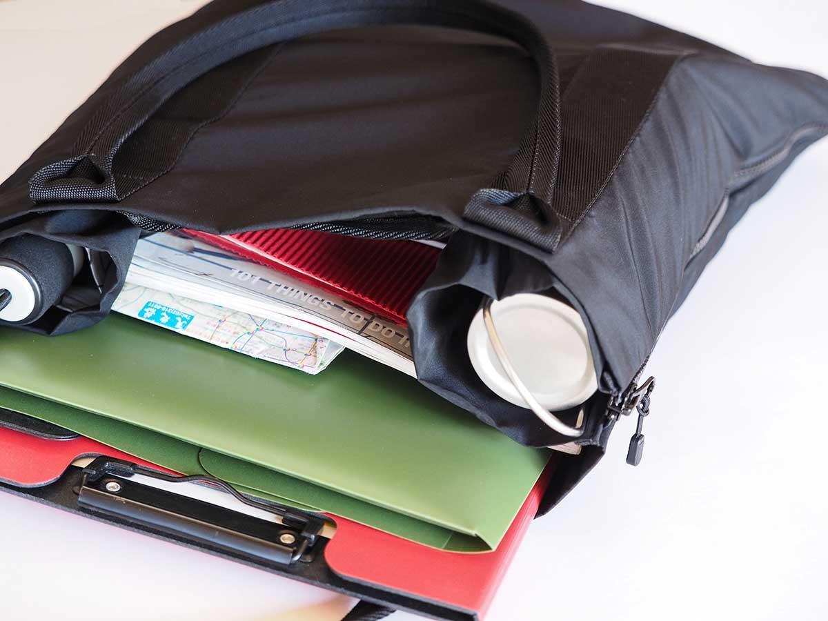 スマートな仕事バッグとして、大容量の買い物バッグとして2通り使えるから重宝します。薄型トートバッグが大容量バッグに変身するバッグ|WARPトランスフォームジッパーバッグ