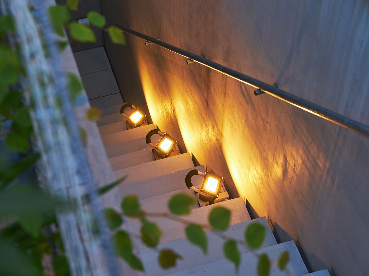2〜3個並べて、家の外壁やベランダを照らすエクステリアやガーデンライトに。|上下左右に自在に動いて、部屋も庭もドラマチックに照らしてくれる。スマホ充電もできる「LEDスポットライト」|RECHARGE LIGHT