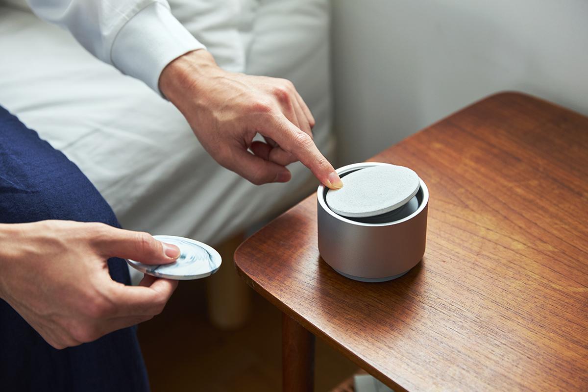 陶板の片側を指で押すと反対側が浮き上がるので、簡単に取り外すことができます|ミニマムでおしゃれなデザイン家電。香炉のような静かな存在感の「アロマディフューザー」|WEEKEND(ウィークエンド)
